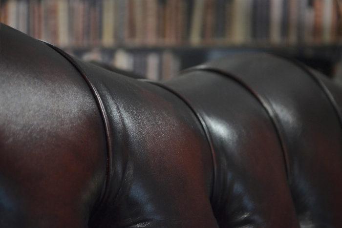 chesterfield gombozott bőr díszítés